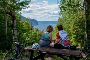 cycliste qui regardent le fjord