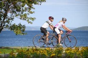 cyclistes qui roulent sur une piste cyclable