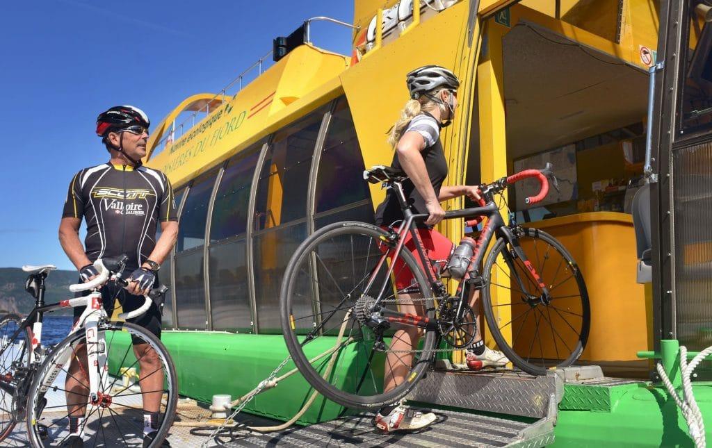 Cyclistes embarquant dans la navette maritime